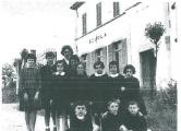 Un gruppo di alunni del 1959 con la giovane supplente